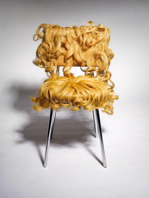Sedia Pretty Pretty Barbarina, con seduta in legno, gambe in metallo e rivestimento in capelli sintetici biondi con boccoli, design Dejana Kabiljo, autoproduzione.